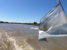 Man sieht eine im Bootswind flatternde Argentinienfahne