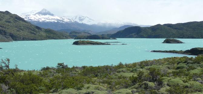 Ein See mit einer Bergkette im Hintergrund