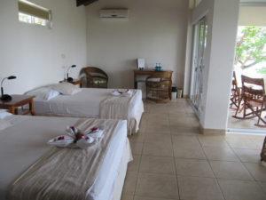 Eine Junior Suite in der Lagarta Lodge mit eigener Terassse, zwei Bezzen und warmen Naturfarben.