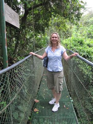 Die Geschäftsführerin Stefanie Lange von napur tours steht auf der Hängebrücke des Tirimbina Rainforest Reserve