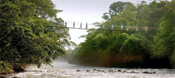 Man sieht Menschen, die über die Hängebrücke des Tirimbina Rainforest Reserve in Costa Rica laufen