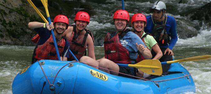 Vier Touristen mit Guide in einem Rafting-Boot auf dem Rio Sarapiqui in Costa Rica