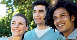 Drei Menschen blicken irgendwohin und lächeln dabei