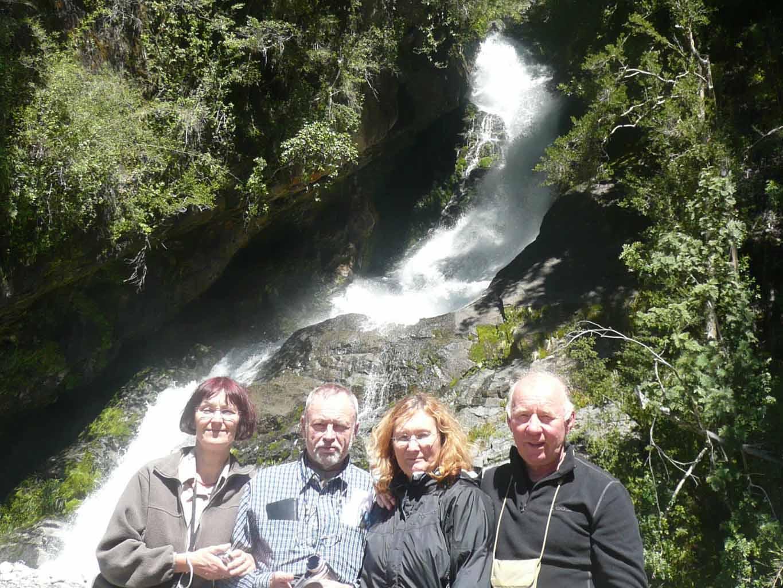 Stopp am Wasserfall während der Chile Mietwagenreise