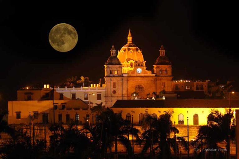 Genießen Sie Cartagena bei Nacht.