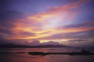 Bocas del Toro mit rosa-lila Sonnenuntergang