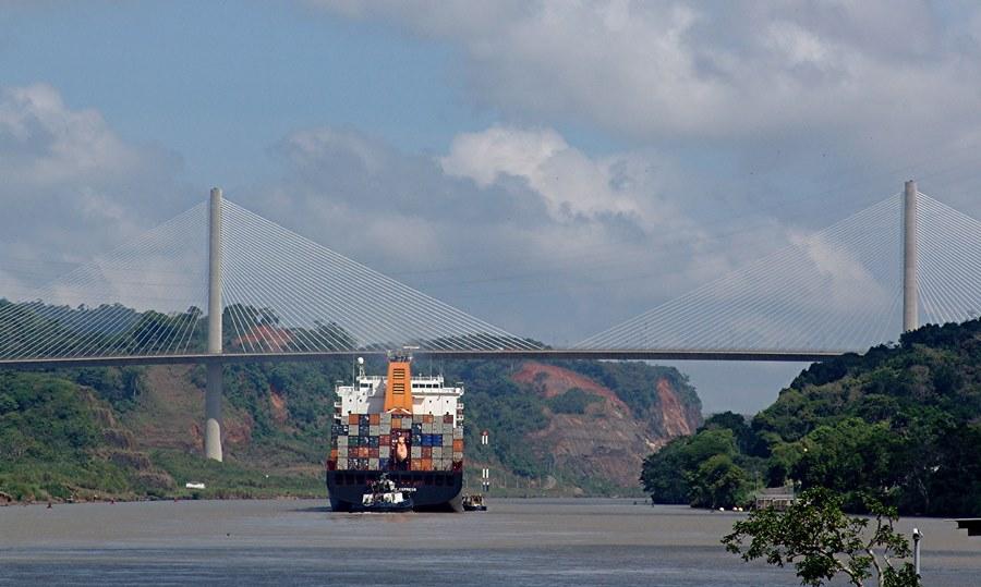Container Schiff auf dem Panama Kanal