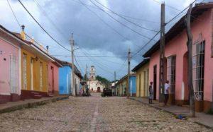 Kopfsteinpflaster und Kolonialbauten in Trinidad
