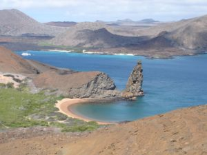 Hier sehen Sie ein Wahrzeichen der Galapagos Insel Seymour: den Pinnacle Rock