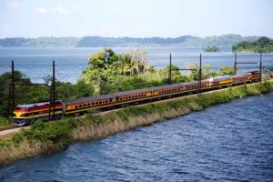Zug von Panama nach Colón am Panama Kanal