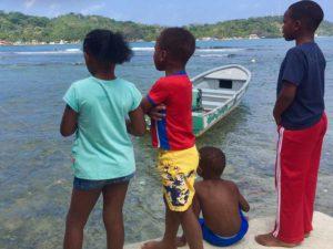 Kinder an der Karibikküste bei Portobelo