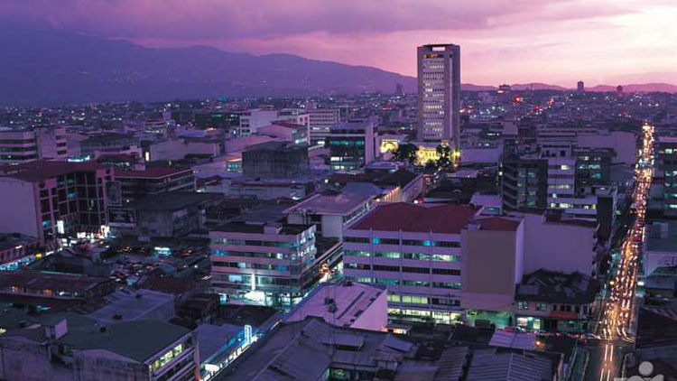 Blick in der Abenddämemerung über die Häuser von San José