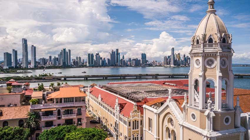 Zu sehen ist die Skyline von Panama City - im Vordergrund ein historisches Gebäude aus der Kolonialzeit
