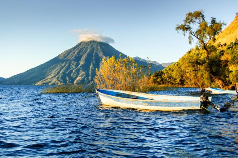 Der San Pedro Volcano in Guatamela mit Blick über den Lake Atitlan bei Abendlicht.