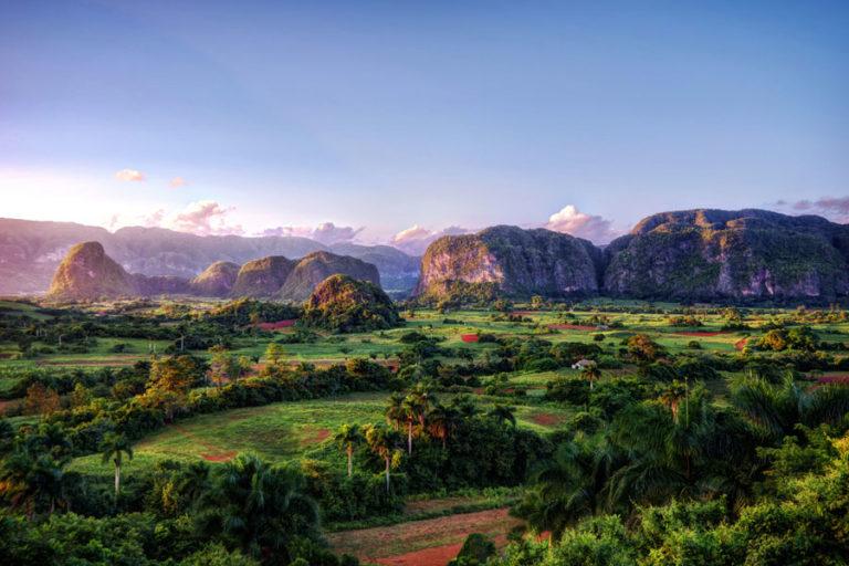 Herrlicher Blick über eine kleine Berglandschaft in Kuba in der Nähe von Vinales