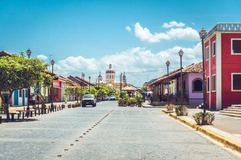 Nicaragua: Eine sehenswerte Stadt zum Reisen ist Granada mit blauem Himmel und Dom